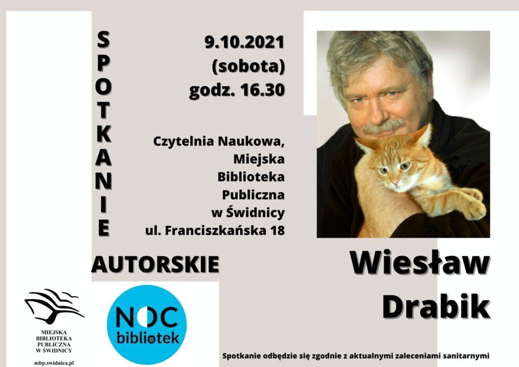 Plakat ze zdjęciem Wiesława Drabika, z kotem. Miejska Biblioteka Publiczna w Świdnicy zaprasza na spotkanie autorskie z Wiesławem Drabikiem, które odbędzie się 9 października, o godzinie 16.30, w ramach VII Nocy Bibliotek.