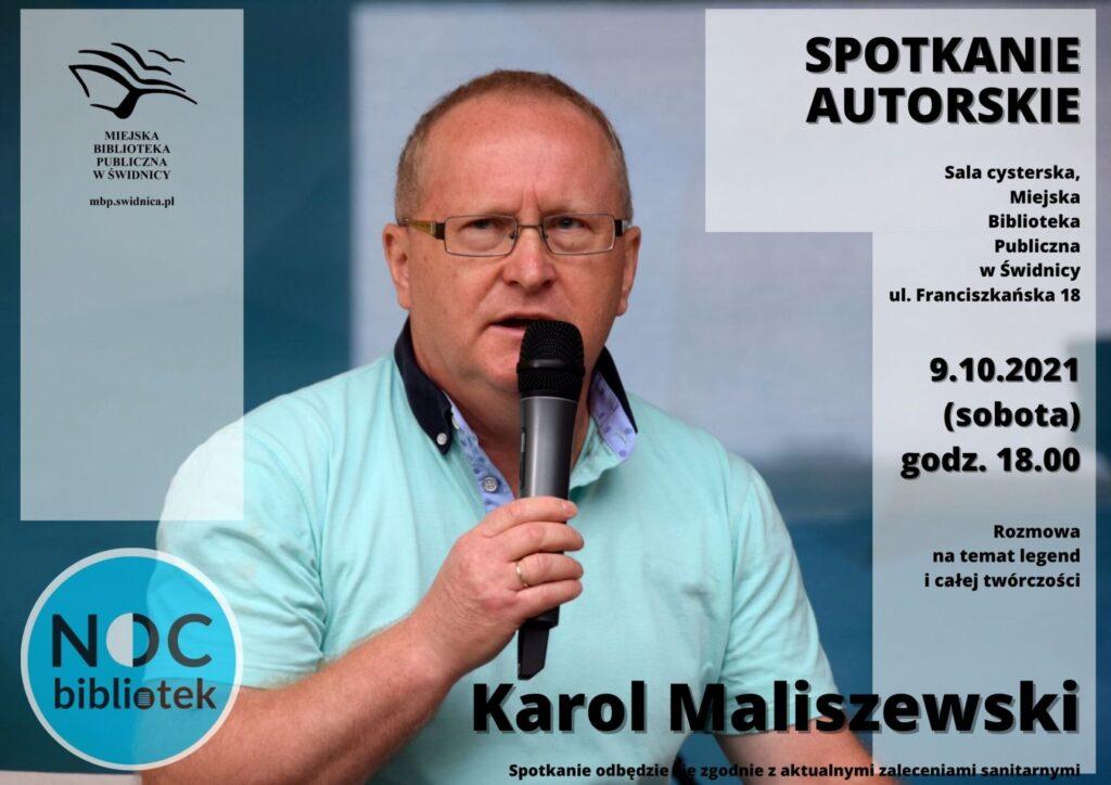 Plakat w niebieskich kolorach, na zdjęciu Karol Maliszewski z mikrofonem. Miejska Biblioteka Publiczna w Świdnicy zaprasza na spotkanie autorskie z Karolem Maliszewskim, które odbędzie się 9 października, o godzinie 18.00 (Sala Cysterska), w ramach VII Nocy Bibliotek.